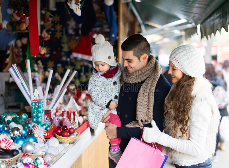 Download Genitori Con La Figlia Al Mercato Di Natale Immagine Stock - Immagine di vestiti, piccolo: 56878493