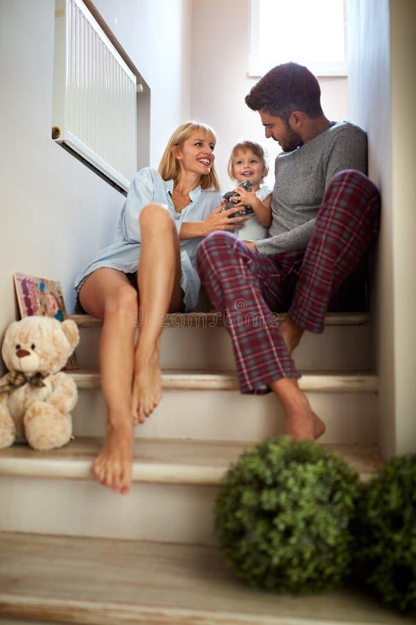 Genitori con la figlia che si siede sulle scale fotografie stock