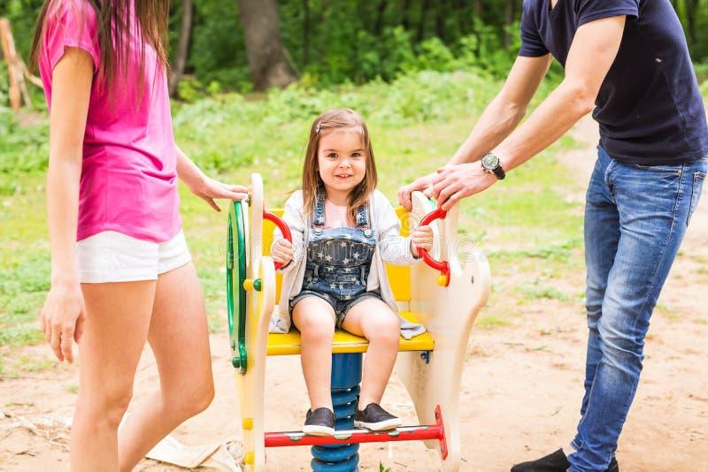 Genitori con la neonata in parco fotografie stock