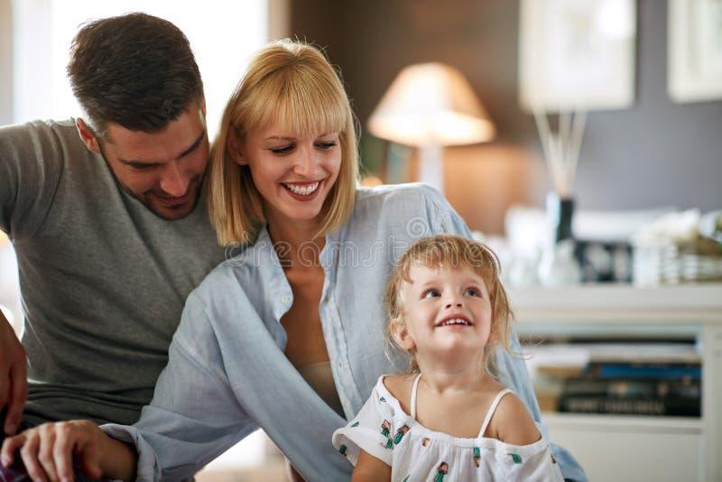 Genitori con la piccola figlia fotografie stock libere da diritti