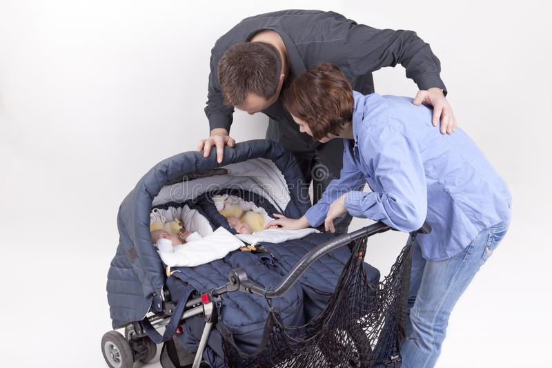Genitori con le loro figlie del gemello identico immagine stock