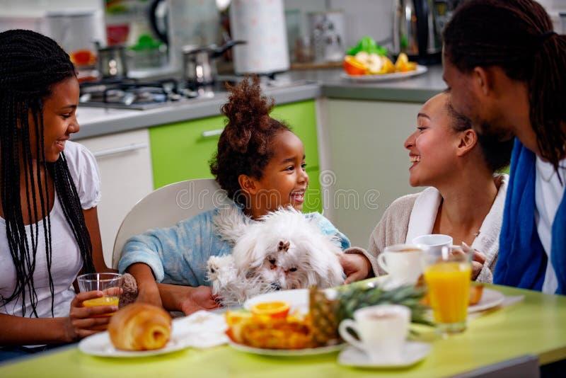 Genitori della prima colazione della famiglia con la prima colazione della loro figlia a hom fotografie stock