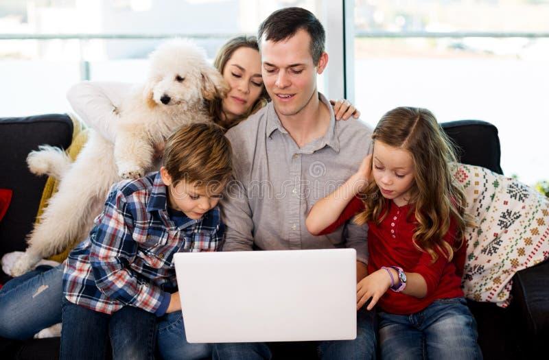 Genitori e bambini felici di guardare film immagini stock libere da diritti