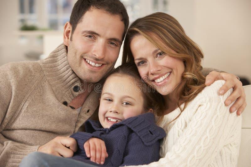 Genitori e figlia del ritratto a casa fotografia stock libera da diritti