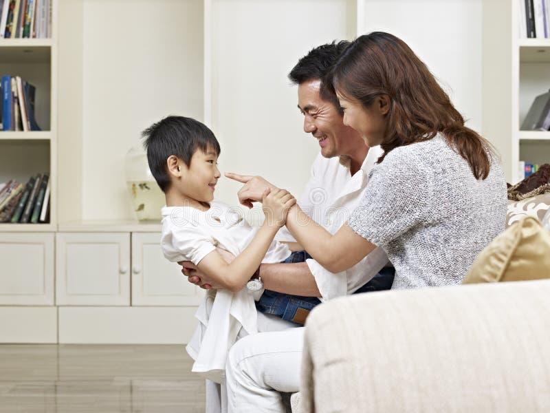 Genitori e figlio asiatici fotografia stock libera da diritti