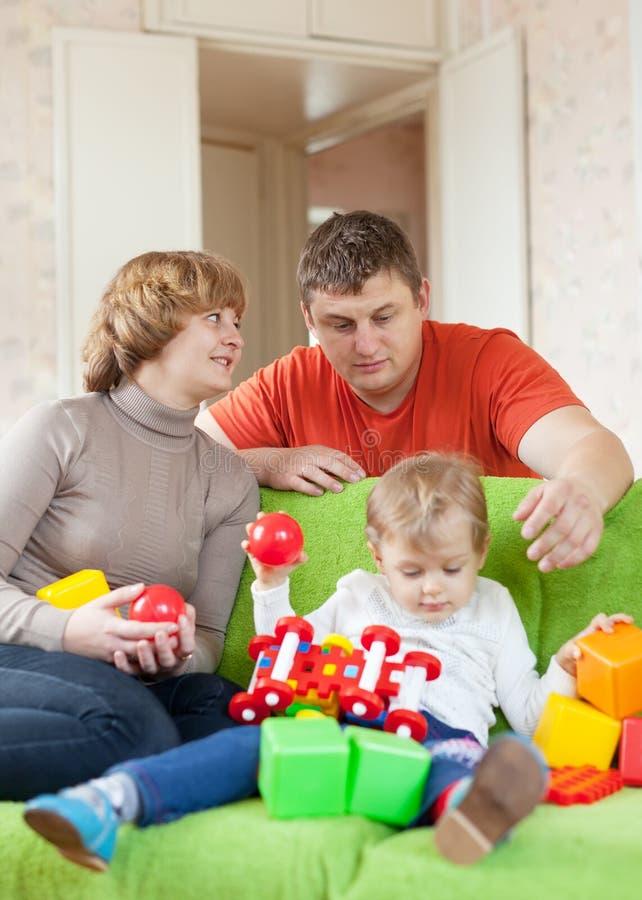 Genitori e giochi da bambini con i giocattoli fotografie stock libere da diritti