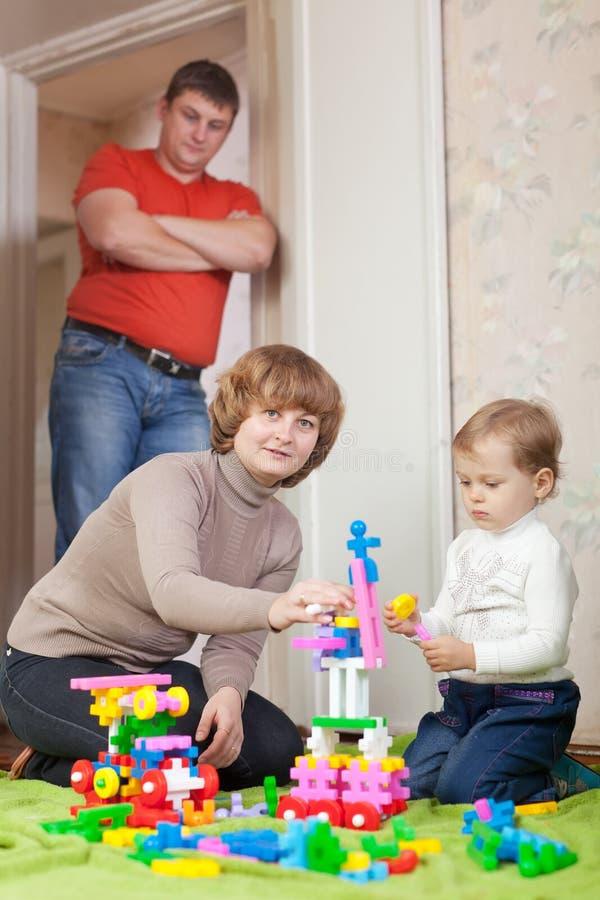Genitori e giochi da bambini con il meccano fotografia stock libera da diritti