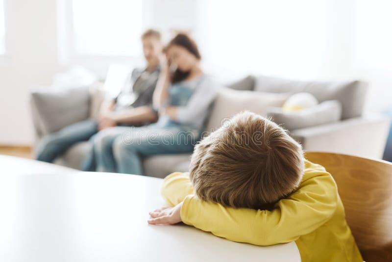 genitori ed il loro figlio male di comportamento a casa fotografia stock libera da diritti