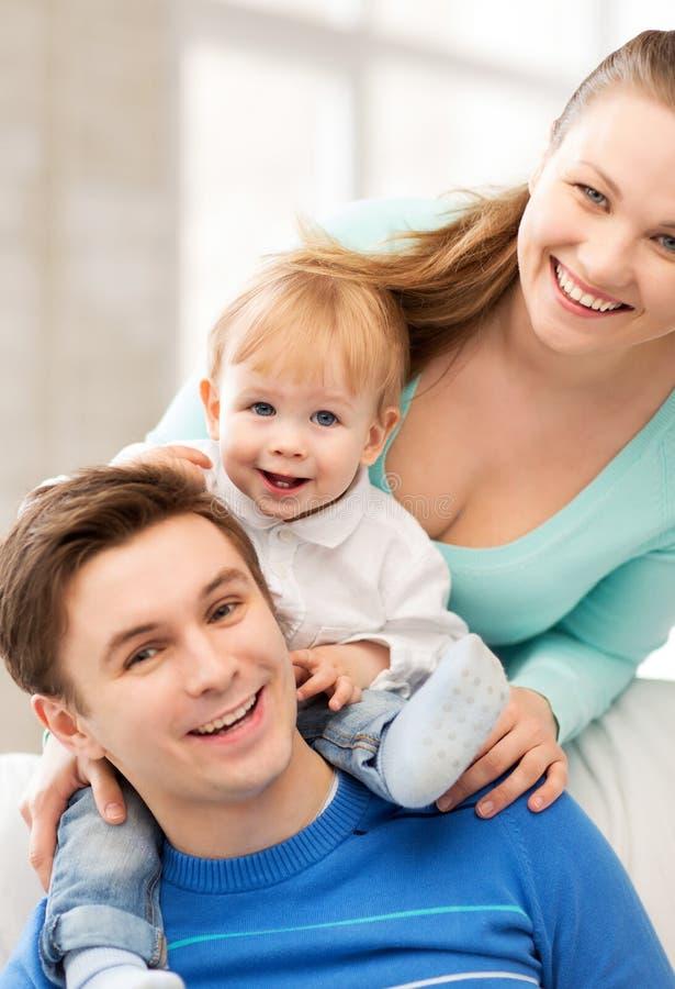 Genitori felici che giocano con il bambino adorabile fotografie stock libere da diritti