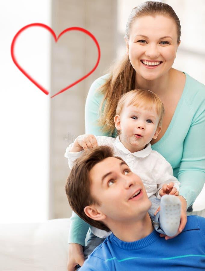 Genitori felici che giocano con il bambino adorabile immagini stock libere da diritti