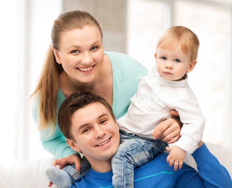 Genitori felici che giocano con il bambino adorabile fotografia stock