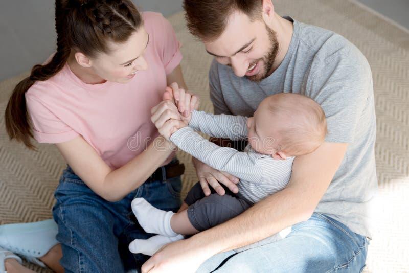 Genitori felici che giocano con il neonato fotografie stock libere da diritti