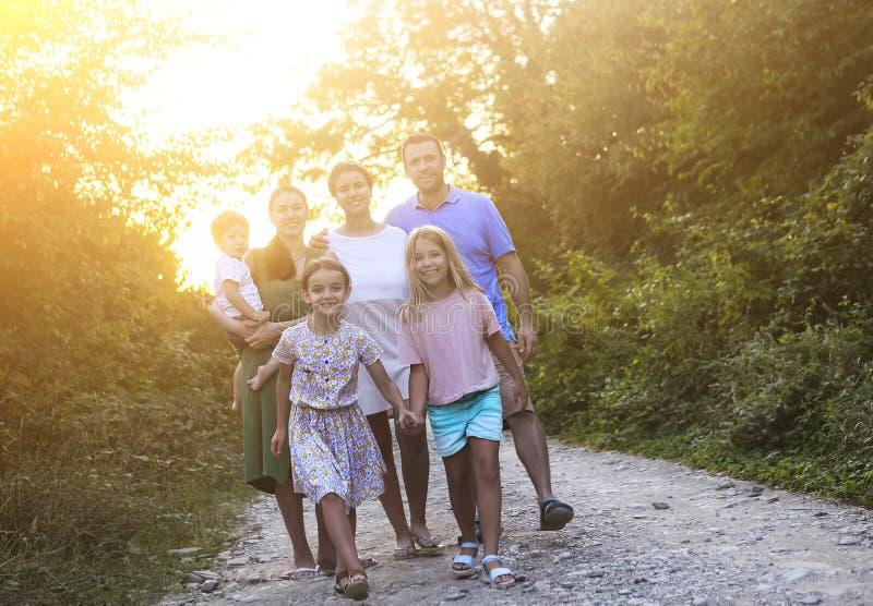 genitori felici con bambini in campagna all'aperto fotografie stock libere da diritti