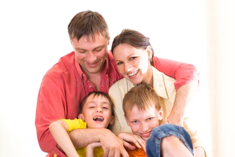 Genitori felici con i loro bambini immagine stock