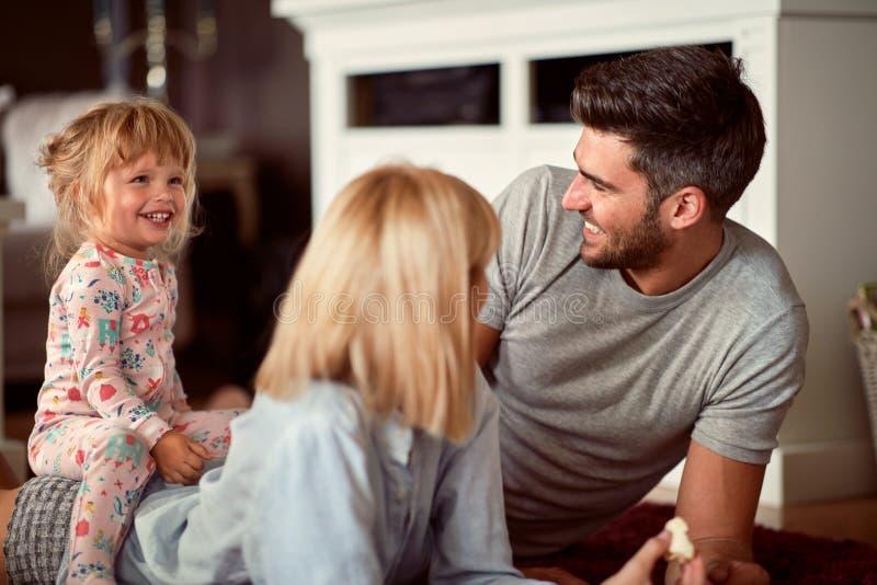 Genitori felici con il gioco della figlia fotografia stock libera da diritti