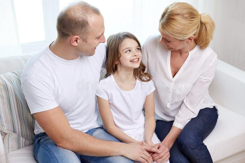 Genitori felici con la piccola figlia a casa fotografie stock libere da diritti