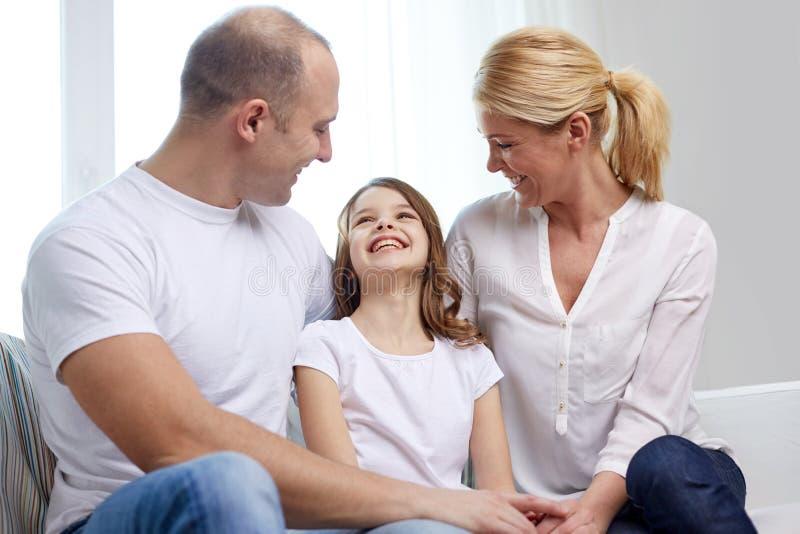 Genitori felici con la piccola figlia a casa immagine stock libera da diritti