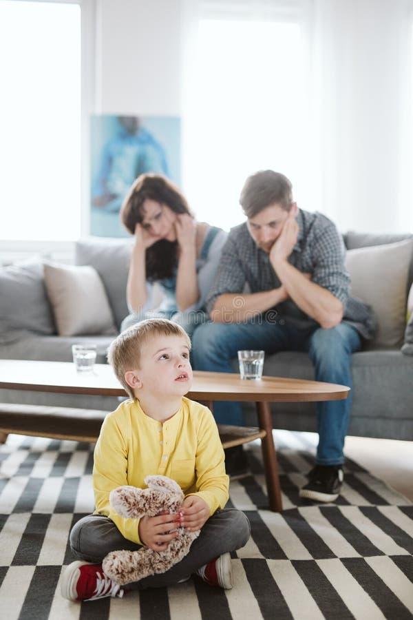 Genitori impotenti ed il loro figlio male di comportamento a casa immagini stock libere da diritti