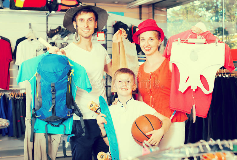 Genitori sorridenti con acquisto del ragazzo che fa un'escursione le merci fotografie stock libere da diritti