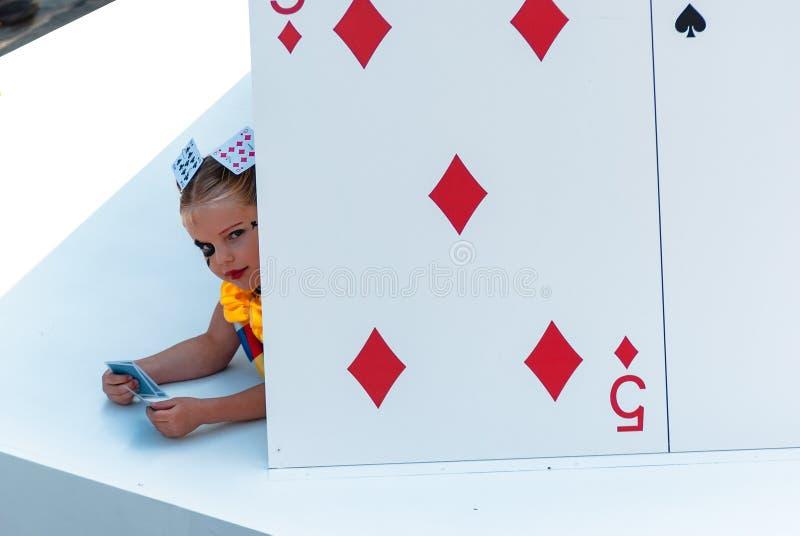Genk, B?lgica - 1 de mayo de 2019: Flotador tem?tico de las tarjetas del juego que pasa con Grotestraat durante O-desfile imagen de archivo