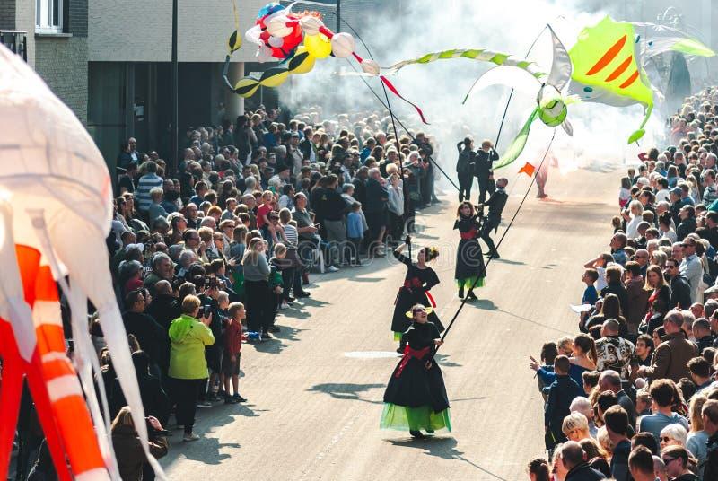 Genk Belgia, Maj, - 1st 2019: Uczestnicy roczny parady omijanie przez Grotestraat zdjęcia royalty free