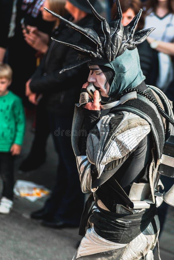 Genk Belgia, Maj, - 1st 2019: Uczestnicy roczny parady omijanie przez Grotestraat zdjęcie stock