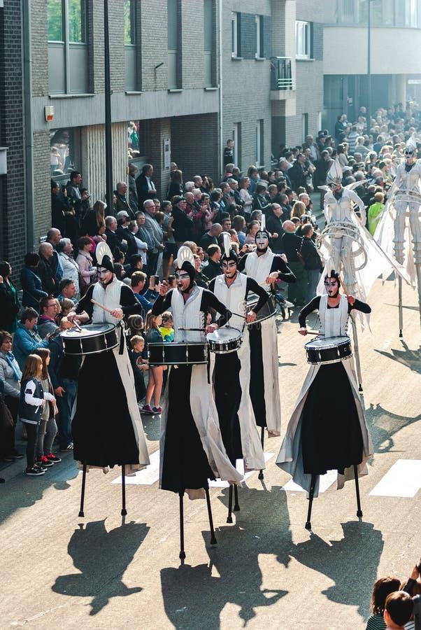 Genk, Belgien - 1. Mai 2019: Teilnehmer der j?hrlichen O-Parade ?berschreiten durch Grotestraat stockfoto