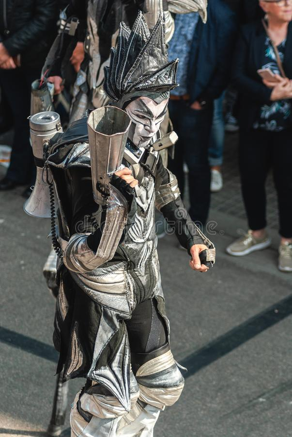 Genk, Belgien - 1. Mai 2019: Teilnehmer der j?hrlichen O-Parade ?berschreiten durch Grotestraat lizenzfreies stockfoto