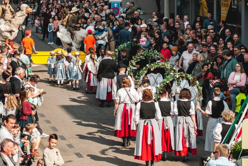 Genk, Belgio - 1? maggio 2019: Partecipanti della O-parata annuale, passanti con Grotestraat immagine stock