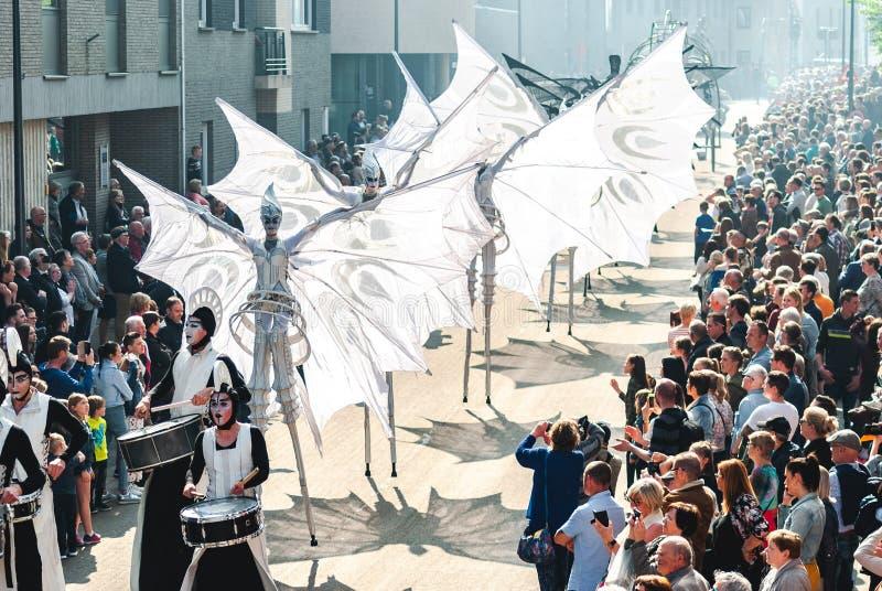 Genk, Belgique - 1er mai 2019 : Participants d'O-d?fil? annuel passant par Grotestraat photo libre de droits