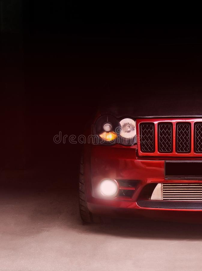 4 gennaio 2011 Kharkov, Ucraina Jeep Grand Cherokee SRT8 nelle ombre con le luci d'ardore alla scarsa visibilità fotografie stock