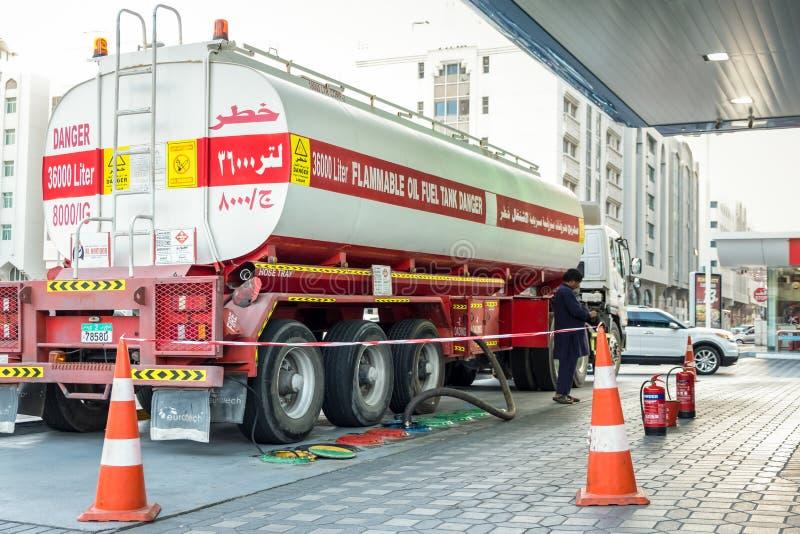 17 gennaio 2018: rifornimento delle autocisterne infiammabile del combustibile derivato del petrolio da 36000 litri fotografia stock