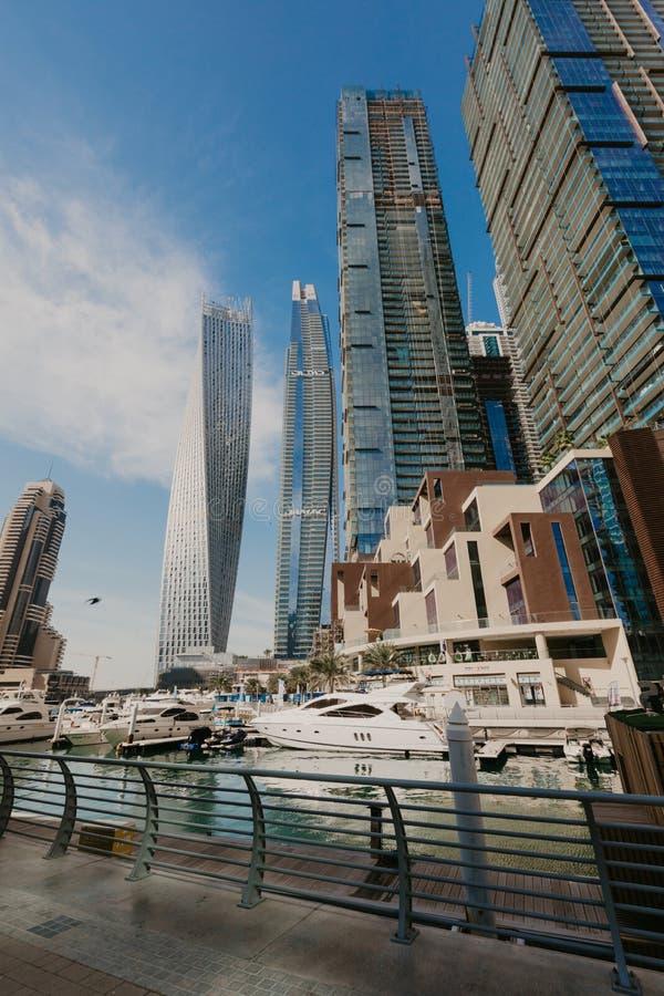 2 gennaio 2019 Vista panoramica con i grattacieli ed il pilastro moderni dell'acqua del porticciolo del Dubai, Emirati Arabi Unit fotografie stock