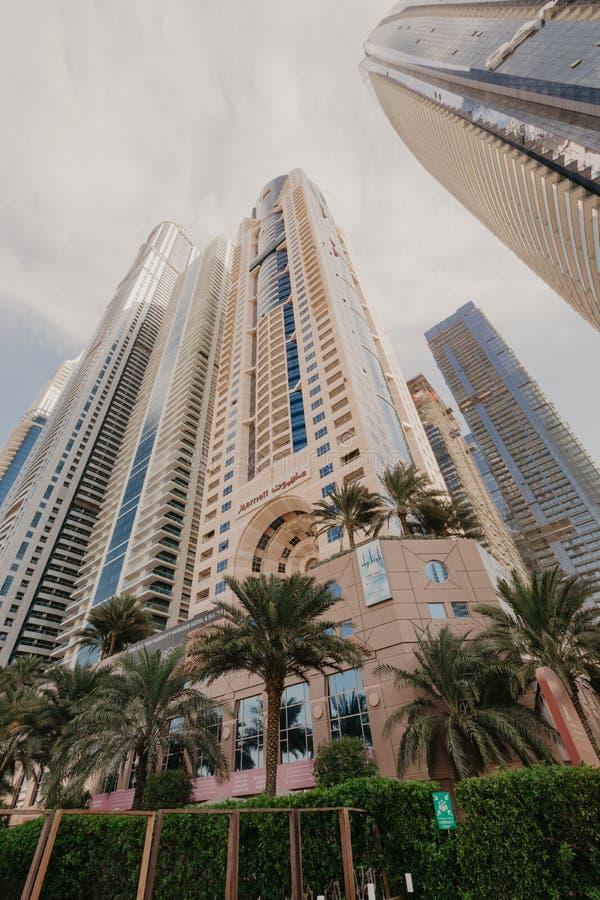 2 gennaio 2019 Vista panoramica con i grattacieli ed il pilastro moderni dell'acqua del porticciolo del Dubai, Emirati Arabi Unit fotografia stock