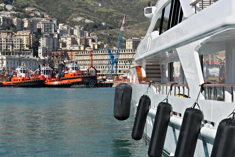 genoa 04/05/2019 Яхты и гужи на старом порте стоковые фотографии rf