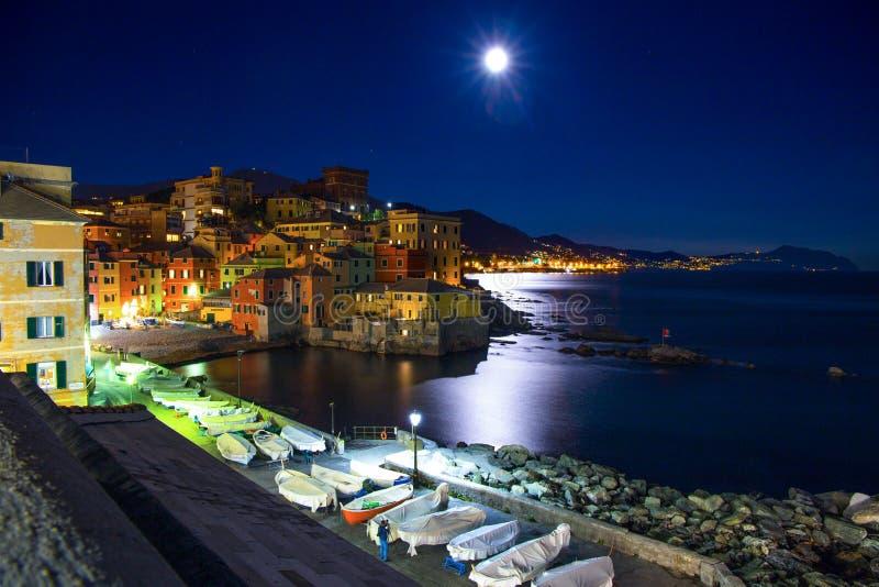 Genoa Boccadasse bis zum Nacht beim Aufpassen des großen Mondes Dieses ist ein Fischerdorf und bunten Häuser in Genua, Italien lizenzfreie stockfotos