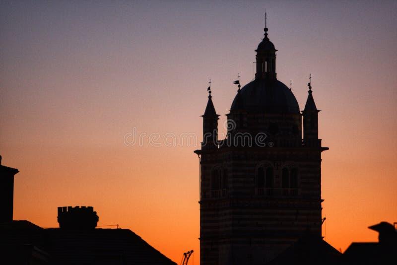 Genoa Cathedral klockatorn under solnedgången royaltyfri foto