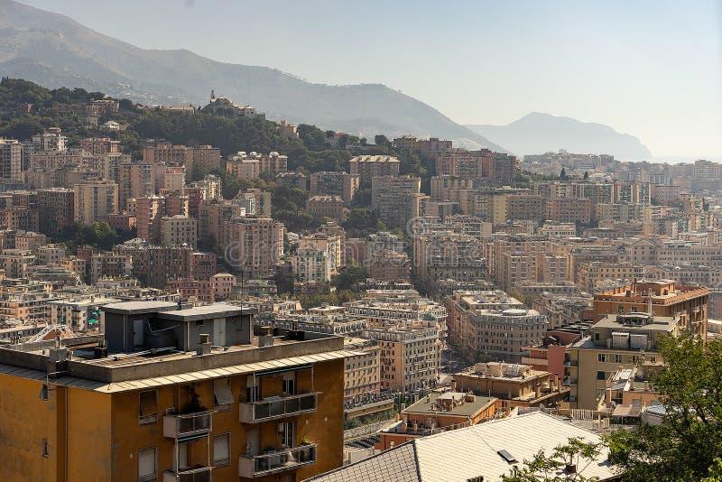 Genoa Cityscape con le montagne su fondo L'Italia immagine stock libera da diritti