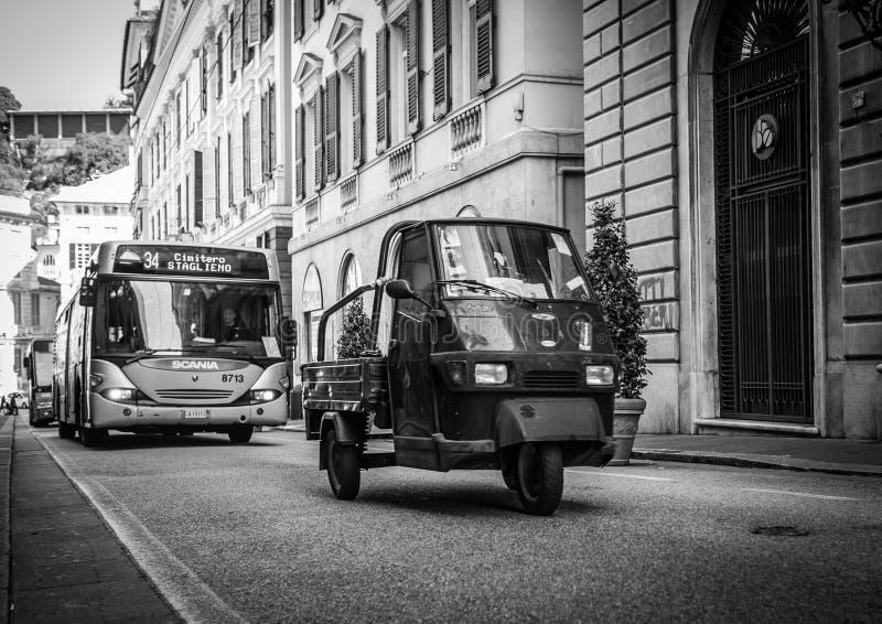 Genoa, Itália - 21 de abril de 2016: Roda três camionete Pi famosa do italiano fotografia de stock royalty free