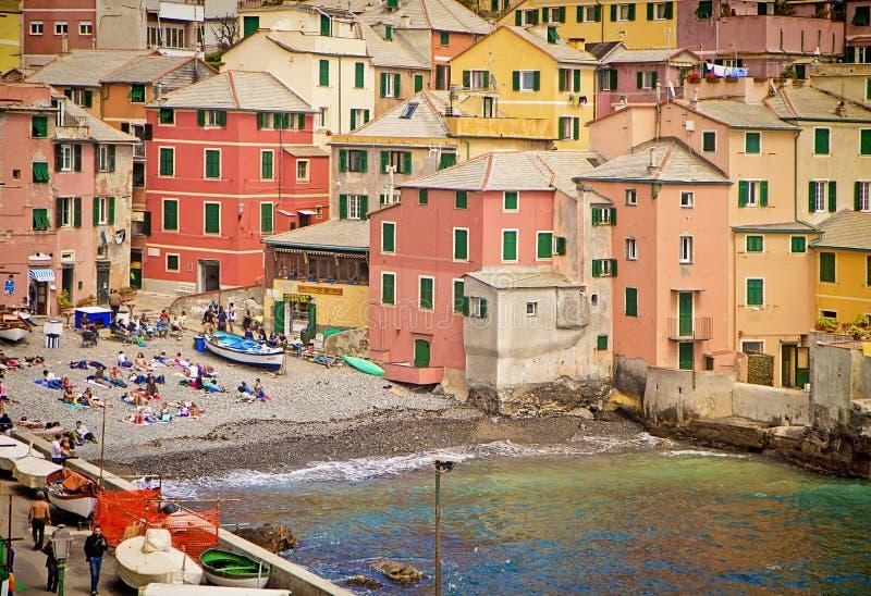 Genoa, Itália - os banhistas na costa pequena do Boccadasse latem foto de stock