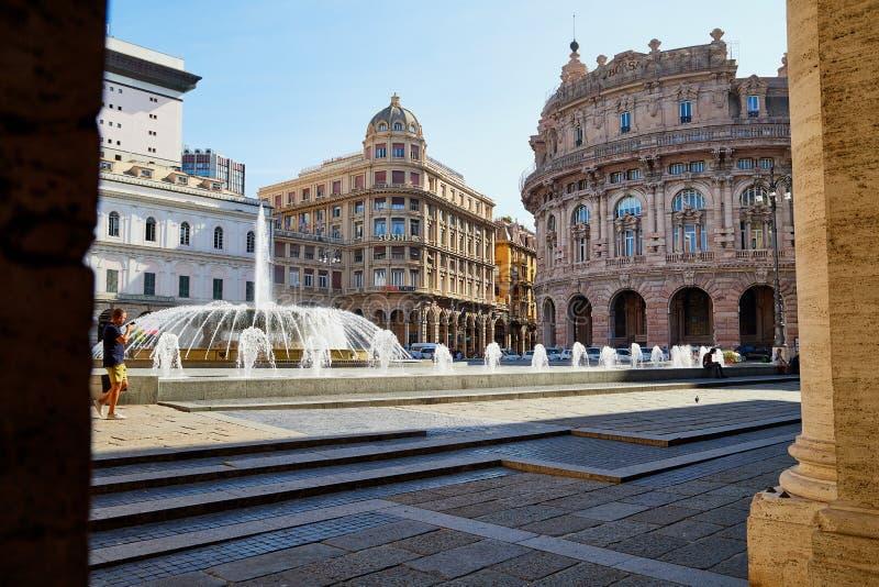 Genoa, It?lia - 24 de setembro de 2018: Fonte no quadrado na parte velha da cidade fotos de stock