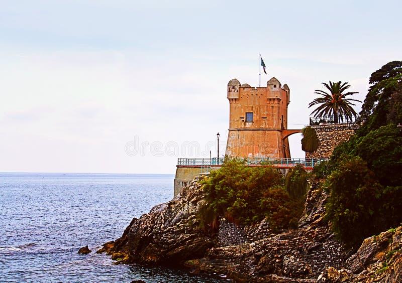 GENOA-NERVI, ITALIA Vista del mare con la torre di Gropallo costruita nel 16t immagini stock libere da diritti