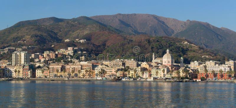 Genoa Pegli beskådade den typiska byn i Liguria från havet arkivbilder