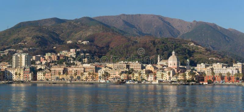Genoa Pegli beskådade den typiska byn i Liguria från havet arkivbild