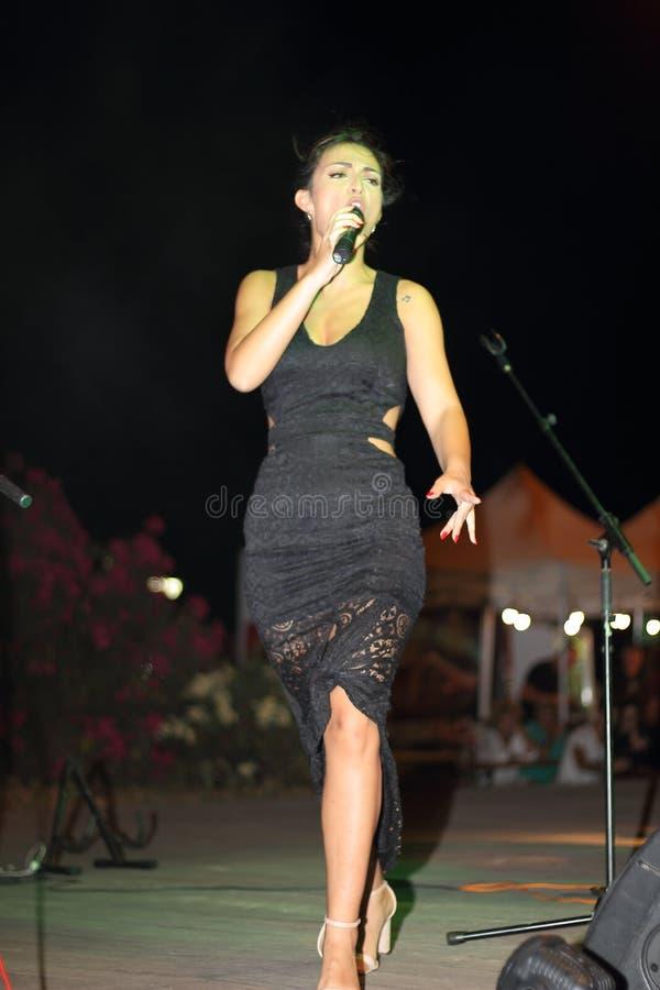 Genoa Pegli 6 Juli 2019: sångaren ljudsignal 80' av för den musikaliska gruppen ', royaltyfria foton