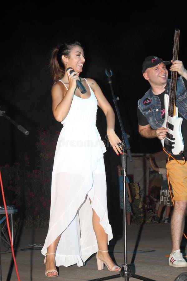 Genoa Pegli 6 Juli 2019: sångaren och guitaristofen ljudsignal 80' för den musikaliska gruppen ', royaltyfri fotografi