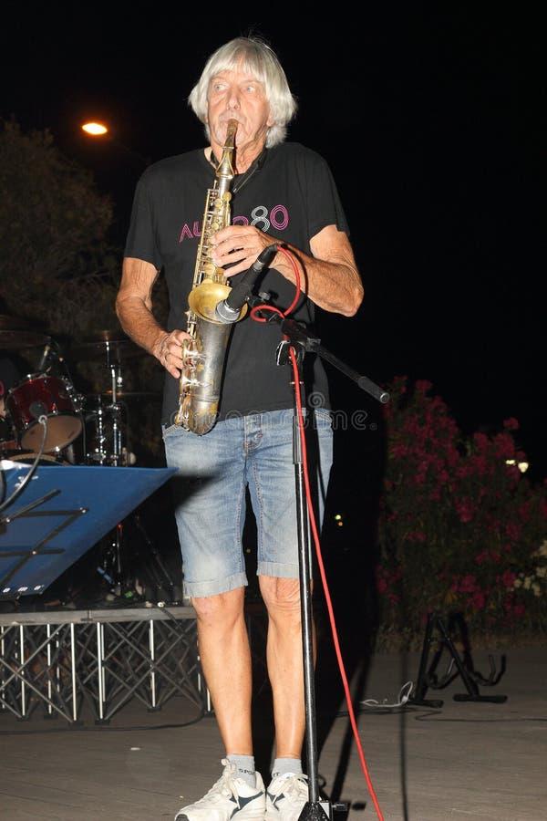 Genoa Pegli 6 Juli 2019: saxofonisten av den musikaliska gruppen 'ljudsignal 80' under en conof ljudsignal 80' för den musikalisk royaltyfria bilder