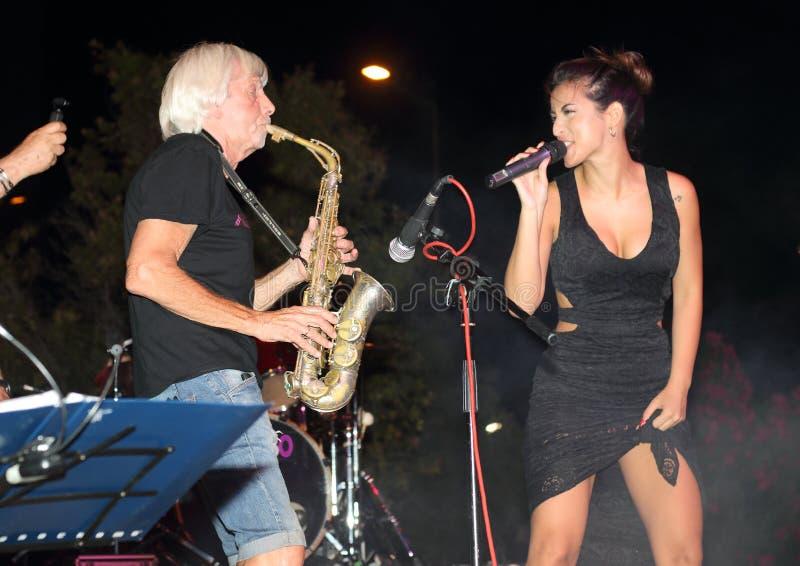 Genoa Pegli 6 Juli 2019: saxofonisten och gitarristen av den musikaliska gruppen 'ljudsignal 80' under en conof ljudsignal 80' fö arkivbilder