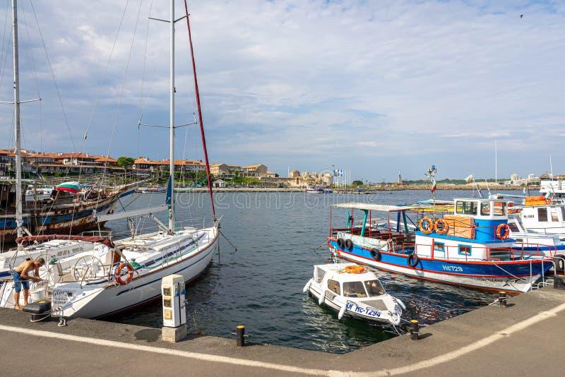 Genoegen en vissersboten op de pijler van de oude stad stock foto