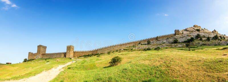 Genoese крепость в курортном городе Sudak, крымском полуострове, Чёрном море стоковая фотография
